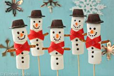 To commemorate Christmas, we've got you the best marshmallow snowman recipes. All these snowman marshamallow recipe are fun to make with kids. Marshmellow Snowman, Marshmallow Dip, Christmas Candy, Christmas Treats, Christmas Time, Christmas Recipes, Christmas Buffet, Christmas Napkins, Christmas Goodies