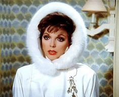 """The divine Joan Collins wearing a hood trimmed fox in """"Dynasty"""" Dame Joan Collins, Jackie Collins, Alexis Carrington, 80s Fashion Icons, Der Denver Clan, Nyc, Iconic Women, London, Chic Outfits"""