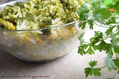 Hej :)) Dzisiaj mam dla Was przepis na pyszną sałatkę warstwową z kurczakiem i sosem czosnkowym. Do tego brokuł, kukurydza, czerwona fas...