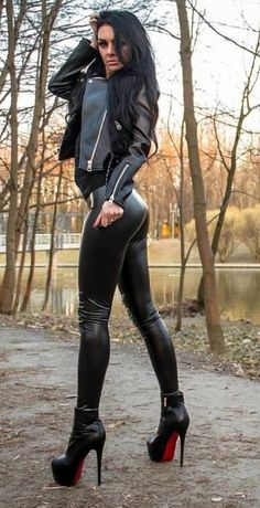 Medusa is petrifying us! Sexy Latex, Shiny Leggings, Leggings Are Not Pants, Sexy Outfits, Leather And Lace, Leather Pants, Fit Women, Sexy Women, Leder Outfits