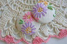 Botões bordados lindos!