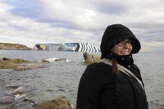 Cindy Mendicino en reportage sur l'île du Giglio lors de l'accident du Costa Concordia Photo: Chantal Dervey Raincoat, Photos, Jackets, Fashion, Rain Jacket, Down Jackets, Moda, Fashion Styles