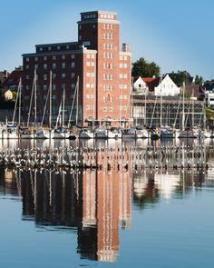 Das Pierspeicher Gästehaus mit 14 Gästezimmern und dem Restaurant direkt am Yachthafen vereinigt die historische Bedeutung des ehemaligen Getreidespeichers mit Agrarhandel und den neuen maritimen Aktivitäten von Werften und Yachten.