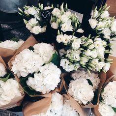Bunches of white flowers | Fresh flower boutques | floral arrangements | floral design | flower design