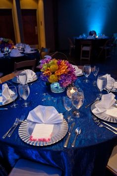 ocean themed tablescape for wedding held at an aquarium