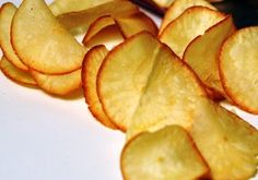 Cassava chips with some chocolate? Carribean Food, Caribbean Recipes, Other Recipes, Great Recipes, Snack Recipes, Chips Calories, Suriname Food, Vegetable Chips, Indian