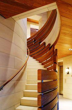 Eu adoro escadas bem projetadas, com ideias originais para usar o espaço ou corrimãos diferentes. Gosto mais ainda quando a beleza não atrapalha a segurança dos usuários…  Tenho uma coleção de fotos e vou compartilhar com vcs. Vai que alguém quer dar um ar especial à escada que está construindo ou reformando?