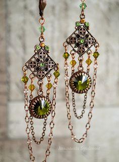 Boucles d'oreilles, néo-victoriennes steampunk cuivrées, rivoli vert olivine - toupies cristal vert et jaune. By Anamnesis Syndrome