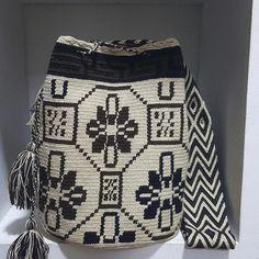 Wayuu Mochila bag Mochila Crochet, Crochet Tote, Crochet Shoes, Crochet Handbags, Crochet Purses, Knit Crochet, Crotchet Bags, Knitted Bags, Wiggly Crochet