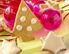 Biscuits allemands de Noël - Menus de Noël - Pour 4 à 6 personnes Préparation : 30 min Cuisson : 12 min Ingrédients : 170 g de farine + farine pour le plan de travail 60 g de beurre froid en morceaux 85 g de cassonade 2 cuil...