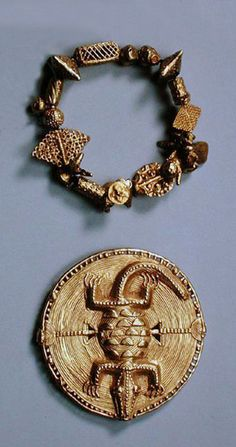 Ghana | Bracelet and brooch from the Akan people; cast gold || Private Collection / Photo © Heini Schneebeli
