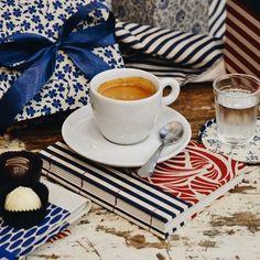 """""""Todos os amores"""" é o tema da nossa nova coleção de embalagens, que foi inspirada no universo das nossas maiores paixões: chocolate, café e papelaria! 💙❤️ Com uma incrível coletânea de estampas e cores como o azul marinho e o vermelho bordô, dividindo a cena com o dourado e o papel craft, vocês podem perceber todo o cuidado #CiaMineiradeChocolates em cada detalhe. Além disso, uma novidade: uma linha de papelaria exclusiva para a nossa marca e que leva a assinatura @papeldasduas!"""
