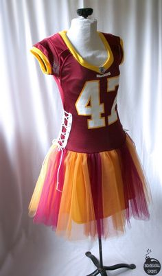 football tutu dress, but in better colors/teams. I wonder if you could just tighten the sides and not add the tutu? Football Tutu, Football Costume, Football Wedding, Look Fashion, Diy Fashion, Fashion Shoes, Custom Football, Diy Vetement, Diy Clothing