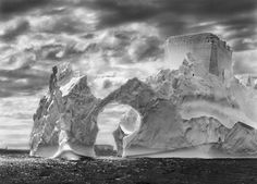 SEBASTIÃO SALGADO, Iceberg between Paulet Island and the Shetlands Islands on the Antartica Canal, 2005. Stampa ai sali d'argento, 50 x 60 cm. Courtesy Forma Galleria. © Sebastião Salgado/Amazonas Images