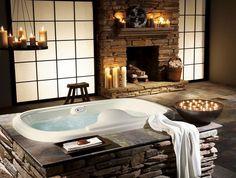 bougies déco dans la salle de bains rustique, habillage de cheminée et tablier de baignoire en pierre naturelle