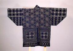 刺子(サシコ) 南郷村・昭和60年復元仕事着やふだん着は、主に麻布が多く、江戸時代中期ごろから木綿布が普及してきました。木綿は肌ざわりがよく、暖かいため大切に用いてきました。布地を丈夫にするため、2・3枚の布を細かく刺し縫いしたものが刺子(さしこ)です。