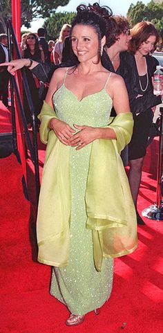 In Julia Louis-Dreyfus wore this sparkly lime green dress and shawl on the Emmys red carpet. Oscar Dresses, Gala Dresses, Blue Dresses, Casual Couture, Pin Up Girl Vintage, Julia Louis Dreyfus, Dress With Shawl, The Emmys, Green Gown