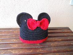 Touca confeccionada em linha de algodão. <br>A touca é acompanhada pelo lacinho, podendo ser usado para o Mickey ou a Minnie. <br>Para fotos de newborn. <br>Tamanho:- <br>12 cm de comprimento <br>38 cm de circunferência. <br> <br>Se seu bebê for maior fale comigo.
