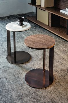 (Coffee tables from Vibieffe ) Center Table Living Room, Table Decor Living Room, Dining Rooms, Side Table Decor, Modern Side Table, Side Tables, Metal Furniture, Furniture Design, Rooms Furniture