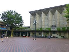 世田ヶ谷区民会館・区役所。 .  1959年・60年に出来た、 コンクリート打放しの建築なのですが、 実際に観ると、 かなりボロボロな感じに見えてしまいます。 .  設計した前川國男は、元々、 コンクリート打放しに、 素材としての美を感じていたようで、 初期には、 数々の名作を、コンクリート打放しによって、 つくり出していました。 .  ただ、やはり、 こうした亀裂や風化、というものに直面し、 もっと時間に耐えうるものにしなければ、 ということを痛感することになります。 .  そして、 コンクリー...