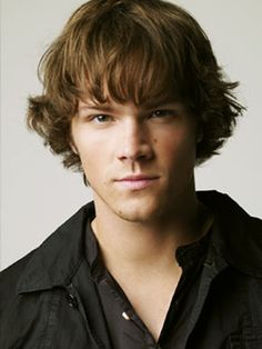 Jared Padalecki from the CW TV show Supernatural. His character is Sam Winchester. Jared Padalecki Supernatural, Winchester Supernatural, Winchester Boys, Supernatural Fandom, Winchester Brothers, Supernatural Pictures, Gb Bilder, Boys Long Hairstyles, Jared And Jensen