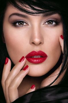 Monica Bellucci Sable and Dior Red Monica Bellucci, Stunning Eyes, Beautiful Lips, Red Lipstick Tutorial, Lip Makeup, Beauty Makeup, New Makeup Trends, Bold Lips, Clean Face
