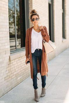 Conjunto cardigan marron, camiseta blanca, pantalones tejanos azules, botas grises, bolso crema y gafas marrones #misconjuntos #conjuntosmoda #modafemenina #fashion #style #looks