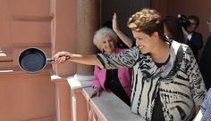 """A ex-presidente Dilma Rousseff foi vista batendo panela na varanda do seu apartamento em Porto Alegre. Com praticamente um novo escândalo de corrupção por dia no governo Temer e no Congresso, Rousseff se irritou e foi para janela. """"Panelaços"""" eram frequentemente usados durante o governo Dilma, quando a acusavam de ser o motivo de tanta …"""