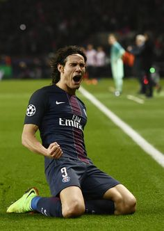 Paris Saint-Germain's Uruguayan forward Edinson Cavani celebrates after scoring a goal during the UEFA Champions League round of 16 first leg football match between Paris Saint-Germain and FC Barcelona on February 14, 2017 at the Parc des Princes stadium in Paris. / AFP / CHRISTOPHE SIMON