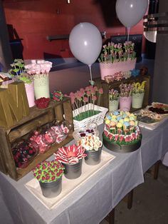 Love a candy Buffet Display so easy jars, a vase, and beautiful glass bowls and your done. Or even placed on your dessert buffet. Candy Table, Candy Buffet, Dessert Table, Bar A Bonbon, Sweet Trees, Candy Bar Wedding, Sweet Bar, Candy Trees, Wedding Catering