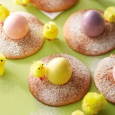 Steek een rondje van ø 3 cm uit de eierkoeken en zet er een gekookt ei in. #pasen #ontbijt #Jumbosupermarkten