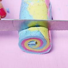 DIY Seife lässt sich ganz einfach zuhause in allen Variationen selber machen. Klick hier, um zu erfahren, wie du Regenbogen Seife selber machst! Party Girlande, Diy Blog, Soap, Tasty, Rainbow, Cool Stuff, Instagram, Flower Tattoos, Picture Tattoos