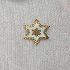 My lucky star . Hand woven brooch in Miyuki 11 beaded star shape . Peyote Patterns, Beading Patterns, Jewelry Patterns, Bracelet Patterns, Seed Bead Earrings, Beaded Earrings, Bead Jewellery, Beaded Jewelry, Art Perle