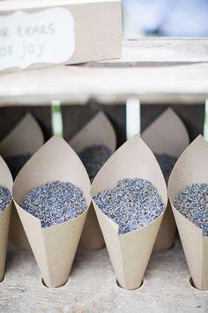 Lavendel in plaats van rijst strooien. Ruikt lekkerder en staat leuker // Fotograaf: Bianca Rijkenbarg // Girls of honour