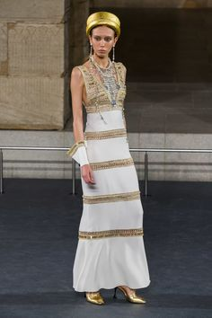 See all the Collection photos from Chanel Autumn/Winter 2019 Pre-Fall now on British Vogue Ancient Egypt Fashion, Egyptian Fashion, Fashion Week, Runway Fashion, High Fashion, Fashion Outfits, Style Haute Couture, Chanel Couture, Mode Chanel