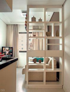Aprovecha tus espacios con los muebles divisores, que te brindan espacio de guardado sin quitarte demasiada luz. Casa Oitenta | por Eli Belizário: Morando num flat de 25 m²