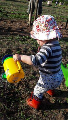 K gießt im Saisongarten mit ihrer Gießkanne - Garten mit Kindern Lawn And Garden, Kids