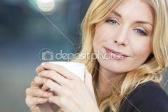 Красивая блондинка женщина пить кофе — Стоковое изображение #6479733