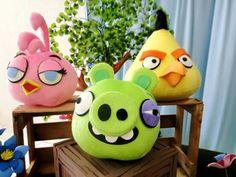 Personagens Angry Birds em pelúcia.