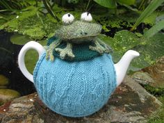 """Tea cosy to fit a 2 pint tea pot, circumference 21"""" approx."""