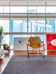 Um apartamento integrado em um dos prédios mais famosos de São Paulo, o Edifício Copan. Confira uma decoração com muito concreto e cores pontuais. http://historiasdecasa.com.br/2016/01/04/viver-no-copan-capitulo-1/