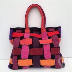 Kijk wat ik gevonden heb op Freubelweb.nl: een gratis haakpatroon van Jellina Creations om deze mooie tunisch gehaakte tas te maken https://www.freubelweb.nl/freubel-zelf/gratis-haakpatroon-tas-7/