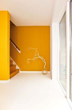 """""""Happy Yellow"""", met een mooie witte vloer. (Tissy Photography Architecture & Interior)"""