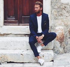 Erik Forsgren Smart Casual Navy Blue Suit, White T-Shirt & Sneakers. Suits And Sneakers, Sneakers Fashion, White Sneakers, Women's Sneakers, Smoking Azul, Oversized Fashion, Stylish Men, Men Casual, Casual Shoes