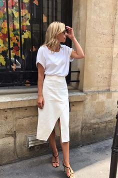Fashion Quotes All white minimalist outfit for warmer weather climates. A lovely addition to a capsule wardrobe. Fashion Mode, Minimal Fashion, Look Fashion, Fashion Outfits, Fashion Trends, Minimal Chic, Classy Fashion, Fashion Wear, Timeless Fashion
