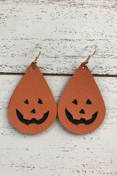 Jack-o-lantern cutout leather earrings - Bijouterie Diy Leather Earrings, Diy Earrings, Leather Jewelry, Leather Craft, Teardrop Earrings, Halloween Earrings, Homemade Jewelry, Leather Projects, Designer Earrings