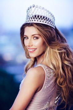 Miss France 2015 Camille Cerf  Camille a reçu une magnifique couronne lors de son sacre. Cette couronne est une création unique sur le thème de l'infini !