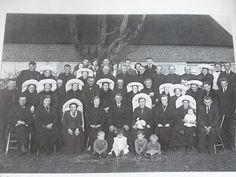 Gemert 10 november 1931, Trouwfoto van Grard Strijbosch en de uit Bakel afkomstige Gertruda van Dooren. 14 poffers inclusief de bruid. Dit is de laatste datum die ik heb van iemand die nog met de poffer op trouwd.