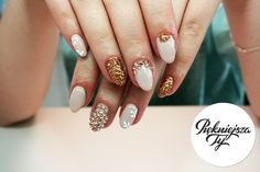 Manicure hybrydowy ze złotymi dodatkami, idealny na wieczorową impreze #piekniejszaty #manicure #hybryda #nailes #zloto