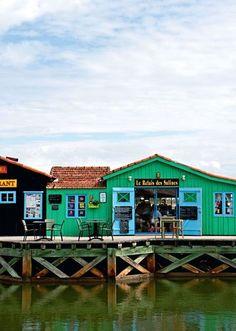 Ne passez pas à côté des charmes des cabanes de l'île d'Oléron. Ces petites cabanes colorées sont chaleureuses et typiques alors allez jeter un coup d'oeil. #Oléron #France